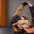 Тренировка девушкой: качаем плечи и мышцы пресса